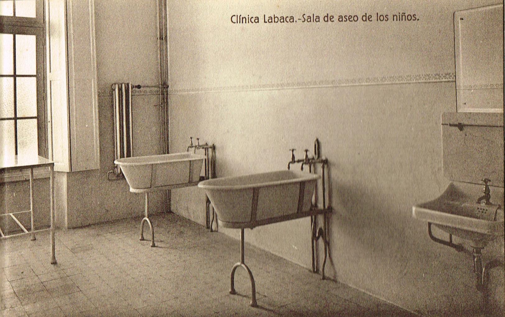 Clínica Labaca, sala de aseo de los niños